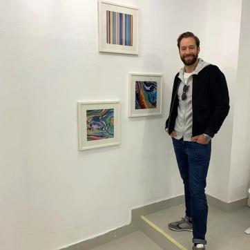 Im 2. Ausstellungsraum, drei Fotografien, Farben parallel, gradlinig und ineinanderumschlungen ...