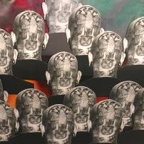Tätowierte Nazisymbole auf dem Kopf - offene Zurschaustellung einer dunklen Gesinnung