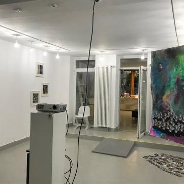 Der 2. Ausstellungsraum zur aktuellen gesellschaftspolitischen Situation. Videoinstallation mit 25 Interviews, ...