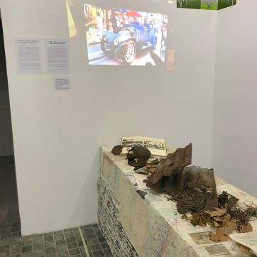 Installation Altar aus gestapelten Zeitungen (gesammelt von 2014-2018), Präsentation von Artefakten aus Verdun, Überbleibsel aus der Zeit des 1. Weltkrieges und Waldboden eines ehemaligen Dorfes ...