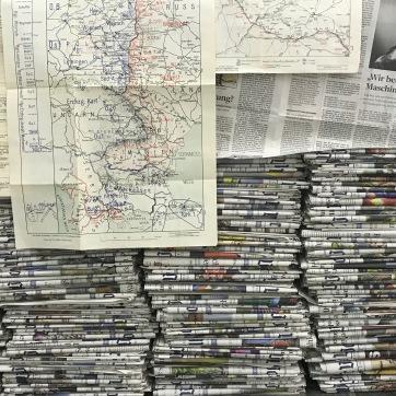 Zeitungsinststallation ... Der Mensch denkt, schreibt und bekriegt sich ...